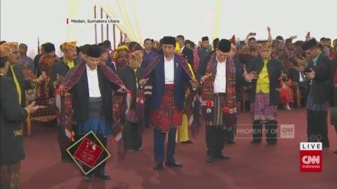 Momen Jokowi Menari Tor-Tor Bersama Raja-Raja Mandailing