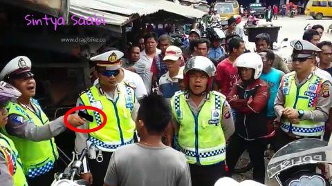 Ricuh! PREMAN Gakmau ditilang Polisi Nyaris Taworan Gara2 Tak pake Helm
