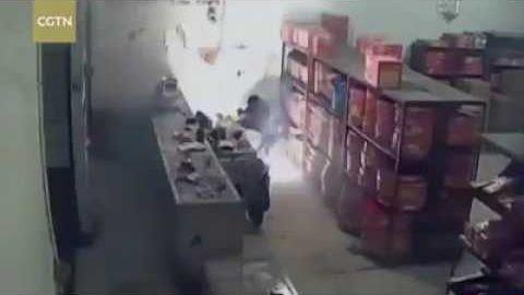 Detik-detik toko kembang api terbakar