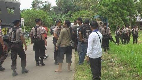 Sungguh Berani. Puluhan Polisi Dihadang Tiga Pria Bertopeng