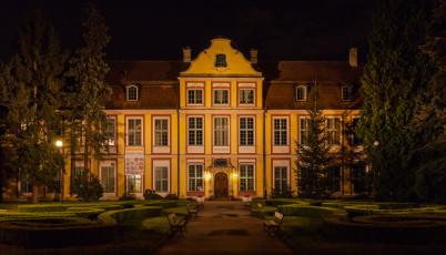 Opatský palác - https://commons.wikimedia.org/wiki/File:Palacio_de_Oliwa,_Gdansk,_Polonia,_2013-05-21,_DD_05.jpg