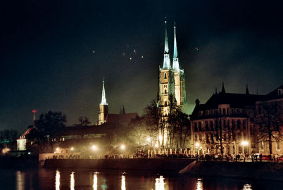 katedrála na Ostrówe Tumski - https://commons.wikimedia.org/wiki/File:Wroclaw_Catherdral_from_bridge.jpg