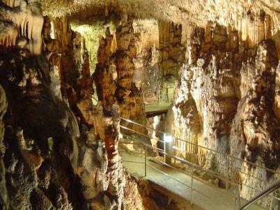 Jeskyně Biserujka - https://commons.wikimedia.org/wiki/File:Biserujka_H%C3%B6hle_2007_Kroatien_112.jpg?uselang=cs