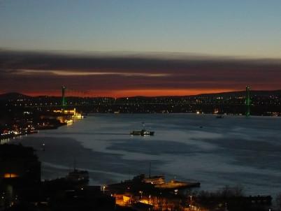 Západ slunce Bosphorus Bridge z Cihangir - http://commons.wikimedia.org/wiki/File:Sunset_Bosphorus_Bridge_from_Cihangir.jpg
