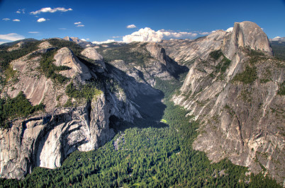 Panorama z Glacier Point - https://www.flickr.com/photos/art-sarah/2632686365