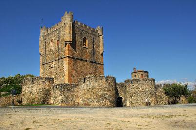 Citadela v Bragança - http://commons.wikimedia.org/wiki/File:Castelo_de_Bragan%C3%A7a_-_Vista_geral.jpg