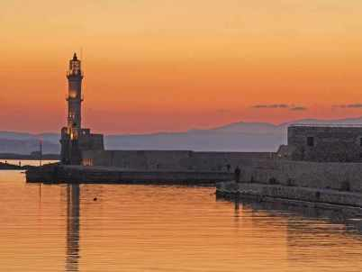 Maják - https://commons.wikimedia.org/wiki/File:Lighthouse_Chania.jpg?uselang=cs