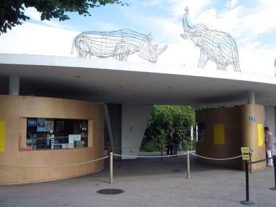 Zoologická zahrada v Curychu - http://en.wikipedia.org/wiki/Z%C3%BCrich_Zoologischer_Garten#mediaviewer/File:ZooZ%C3%BCrich_Eingang.jpg