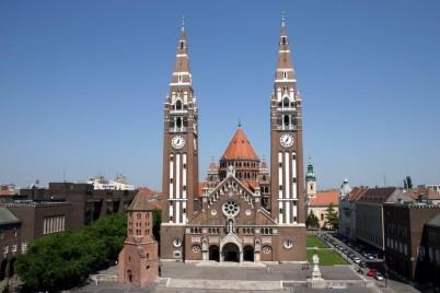 Náměstí Dom tér s věží Dömötör a kostelem - http://commons.wikimedia.org/wiki/File:Szeged_D%C3%B3m_templomSF.jpg