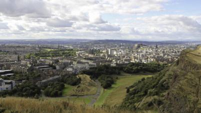 Edinburgh z Arthurs Seat - https://www.flickr.com/photos/paullew/15103001182