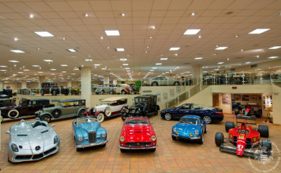Automobilové muzeum - http://www.palais.mc/en/museum-and-visits/private-collection-of-antique-cars-1-27.html