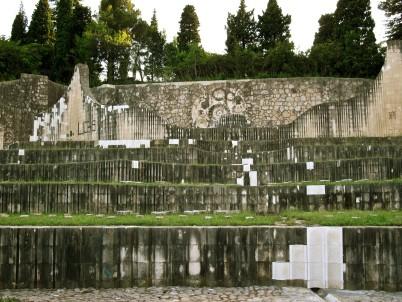 Partyzánský pamětní hřbitov - http://en.wikipedia.org/wiki/Partisan_Memorial_Cemetery_in_Mostar#/media/File:Partisan_Memorial_in_Mostar.jpg