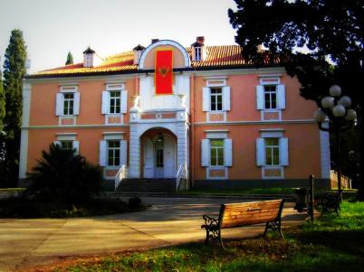 Zimní královský palác - http://commons.wikimedia.org/wiki/File:WInter_Royal_Palace_in_Podgorica.jpg
