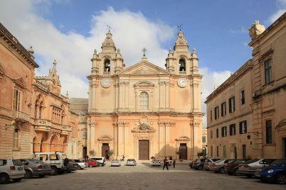 Katedrála sv. Pavla na Maltě - https://commons.wikimedia.org/wiki/File:Malta_-_Mdina_-_Pjazza_San_Pawl_%2B_St._Paul's_Cathedral_ex_01_ies.jpg
