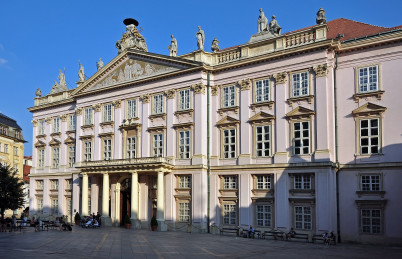 Primaciálny palác - https://commons.wikimedia.org/wiki/File:Bratislava,_Primaci%C3%A1lny_pal%C3%A1c,_Slovensko.jpg?uselang=cs