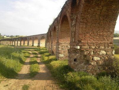 Kamenný akvadukt ve Skopje - https://commons.wikimedia.org/wiki/File:Lakovi-Skopski-Akvadukt.jpg