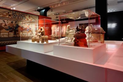 Část jedné z výstavních hal v Muzeu starověkých památek - http://www.rmo.nl/tentoonstellingen/archief/etrusken/tentoonstellingszaal-in-beeld/foto's-van-delen-van-zalen