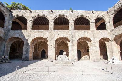 Archeologické muzeum - https://commons.wikimedia.org/wiki/File:Main_courtyard,_Archaelogical_Museum-2.jpg?uselang=cs