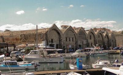 Benátský přístav - https://commons.wikimedia.org/wiki/File:Venetian_shipyards,_Chania.jpg?uselang=cs