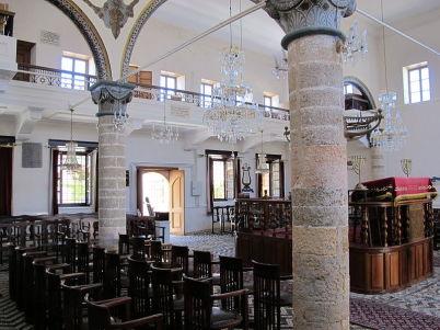 Synagoga v Rhodu - https://commons.wikimedia.org/wiki/File:Rosi,_Kahal_Shalom_Synagogue,_int._05.JPG