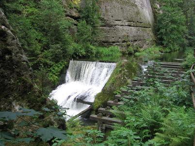 Pod Divokou soutěskou - https://commons.wikimedia.org/wiki/File:Kamenice_-_Wild_Canyon_-_Weir.jpg