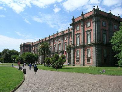 Národní galerie Capodimonte - https://it.wikipedia.org/wiki/Museo_nazionale_di_Capodimonte#/media/File:Reggia_di_Capodimonte_1.JPG