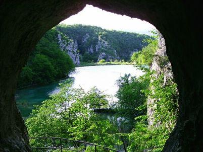 Šupljara cave - https://commons.wikimedia.org/wiki/File:Plitvicka_jezera,_vyhled_z_Vinnetouovy_jeskyne.jpg