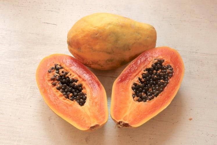 Rozpůlená papaya - odstraňte semínka a dužinu vyjezte lžící