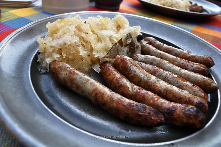 Norimberské klobásky se zelím. Tradiční německé jídlo v Norimberku.
