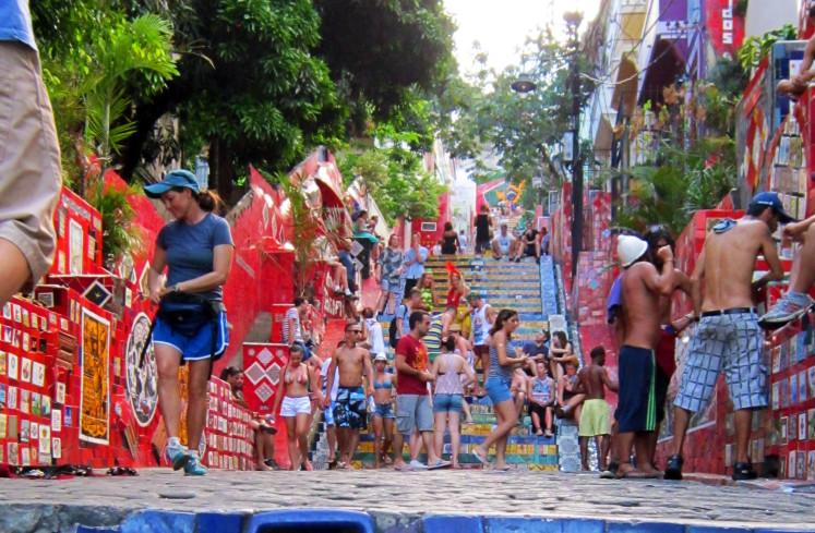 Escadaria Selaron (Lapa), jeden z novodobých symbolů Ria. Malíř a plastik José Selaron (Chile) zasvětil zbytek svého života mozaice těchto schodů (Na schodech jsou minimálně tři dlaždičky z České Republiky).