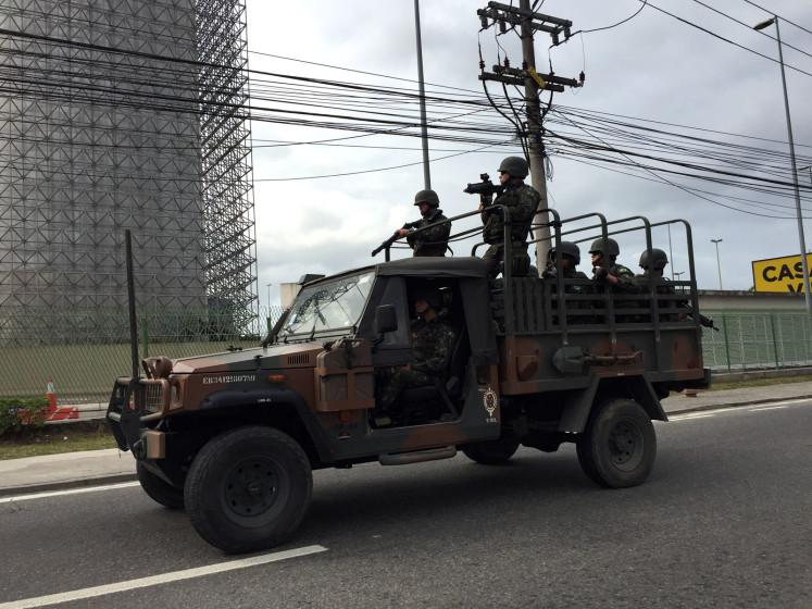 Všudypřítomné samopaly v rukou policie a vojáků jsou jednou z věcí, která většinou zaráží cizince.