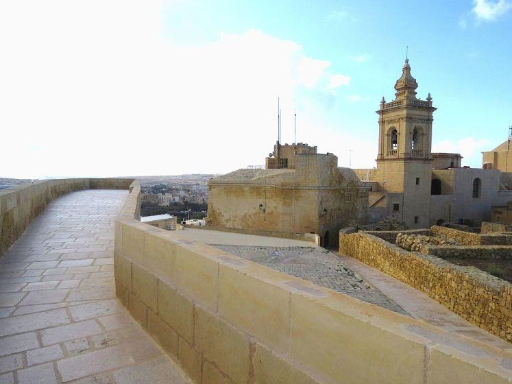 Cesta po hradbě citadely ve městě Victoria na Gozo.