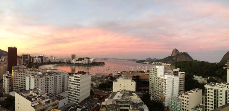 Výhled z mé bývalé práce. Lepší už mít asi nebudu :) Pohled na pláž Botafogo ve stejnojmenné čtvrti s cukrovou homolí na pravo.