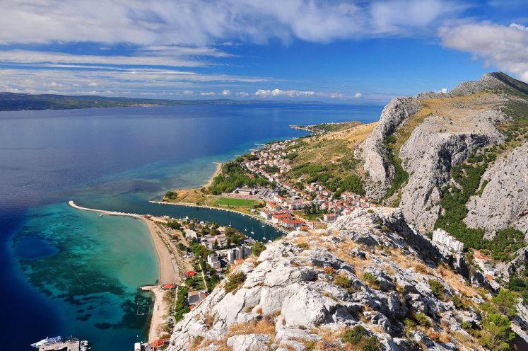 Výhled na pobřeží a město Omiš