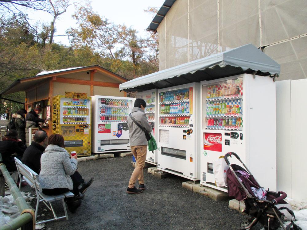 Kjoto, prodejní automaty v areálu chrámu