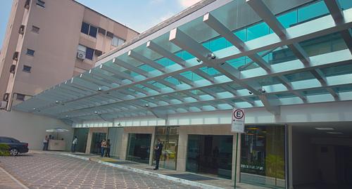 Instalação de vidro laminado com borda exposta