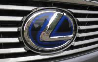 2013 Lexus ES300h - grille badge.JPG