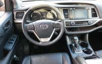 2014 Toyota Highlander - steering wheel and instrument panel 2.JPG