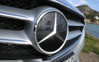 2014 Mercedes-Benz E-Class - grille star badge.JPG