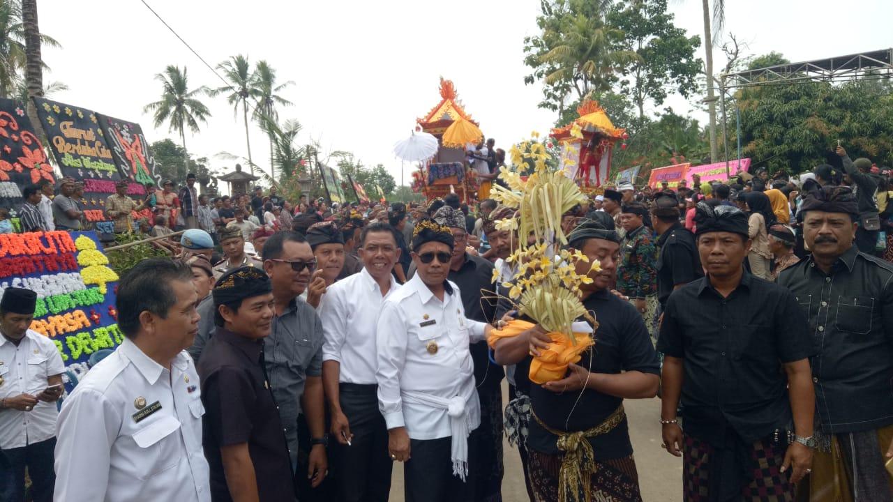 Loekman Hadiri Upacara Ngaben Anggota DPRD Lamteng Wayan Sukedana