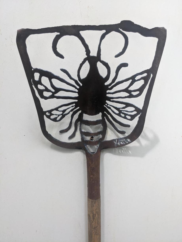 Honeybee shovel