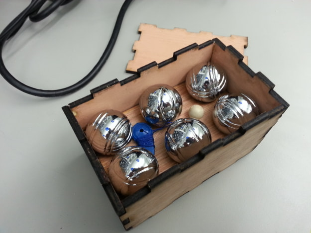 A mini pétanque set needed a better home then a tin tube. This box looks pretty, but the balls move a bit too much...not to mention the pea sized cochonnet.