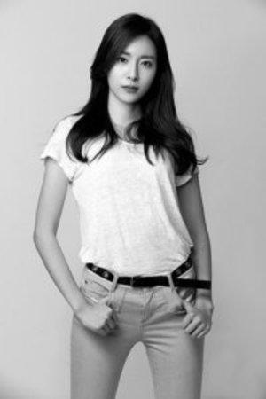 image Jung Da-sol dengan efek greyscale