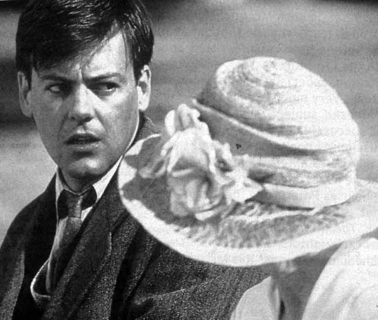 clarissa dalloway and septimus warren smith Mrs dalloway, which takes place on one day in june 1923, shows how  in  regent's park, the grief-stricken septimus warren smith becomes.