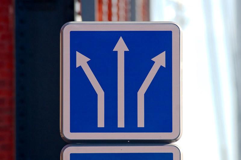 Panneau de circulation à trois directions