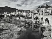 Fotografía en blanco y negro del encantador pueblo de Besalú