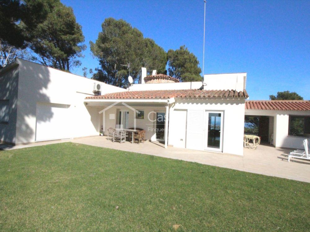Casas pals casa en pals for Villas con piscina privada