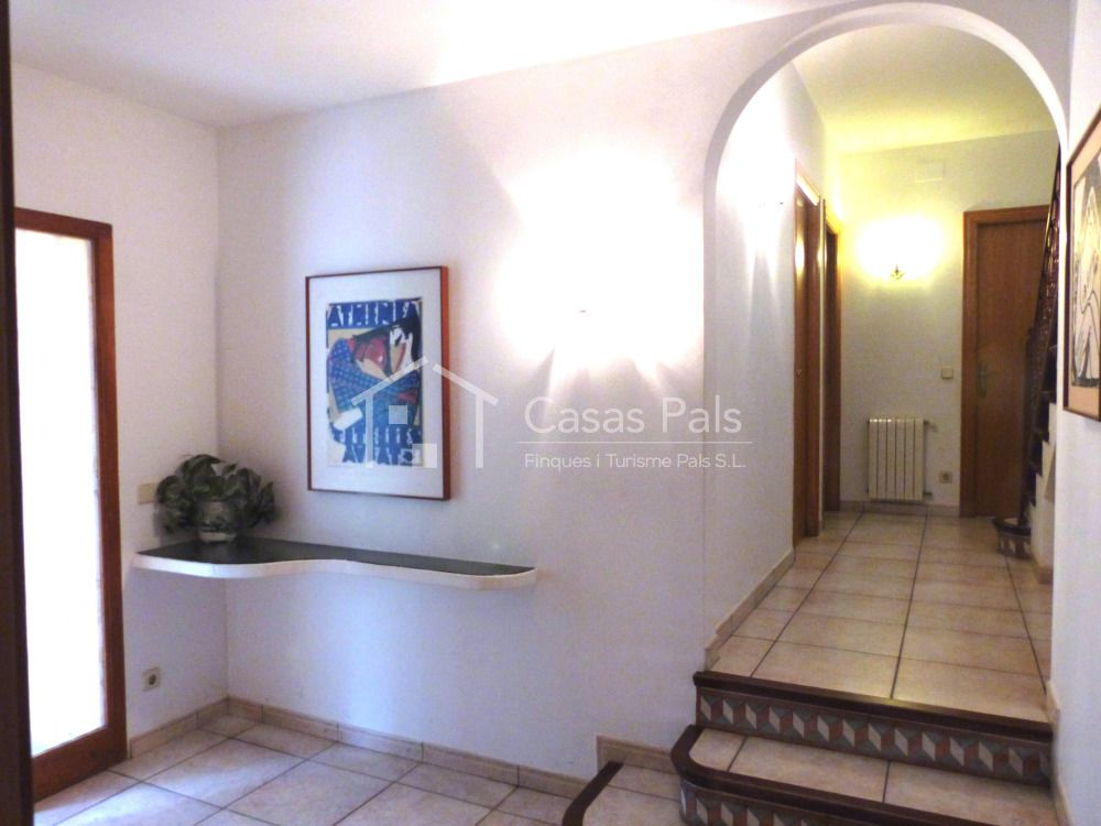 Beautiful villa  with private garden and swimming pool in a very good area near the beach