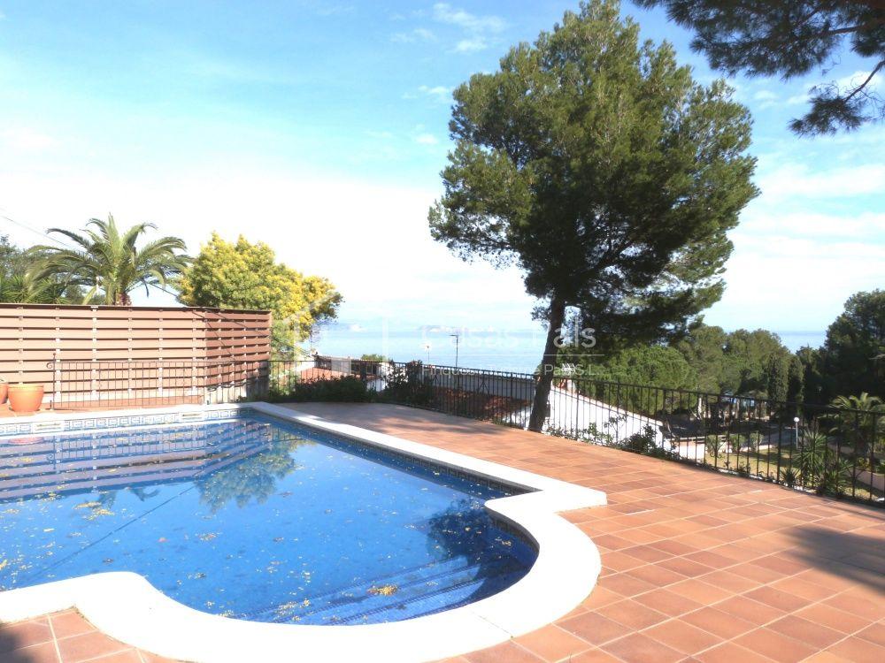 Casas pals casa con apartamento de invitados en begur for Apartamentos con piscina privada