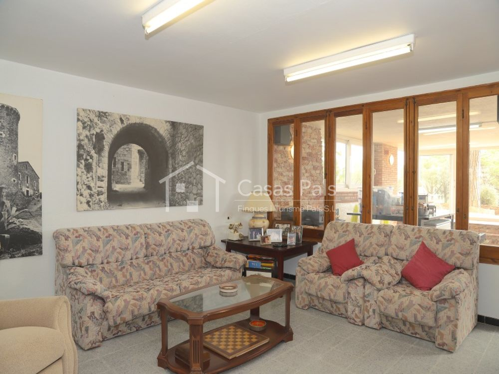 Beautiful house with pool and garden just 3 minutes walking away from the beach
